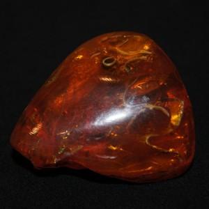 Камень янтарный с инклюзом